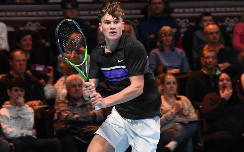 Jack Draper playing tennis
