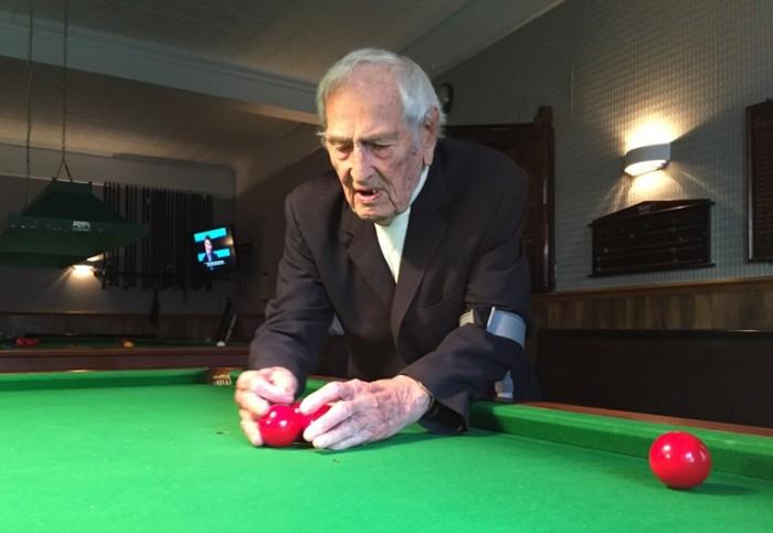 Leonard Jewel snooker table setting up