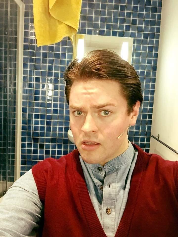 Actor Thomas Mitchells as Chandler Bing in Friendsical